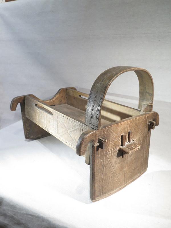 ancien tres joli berceau en bois sculpte et cisele travail art populaire ebay. Black Bedroom Furniture Sets. Home Design Ideas